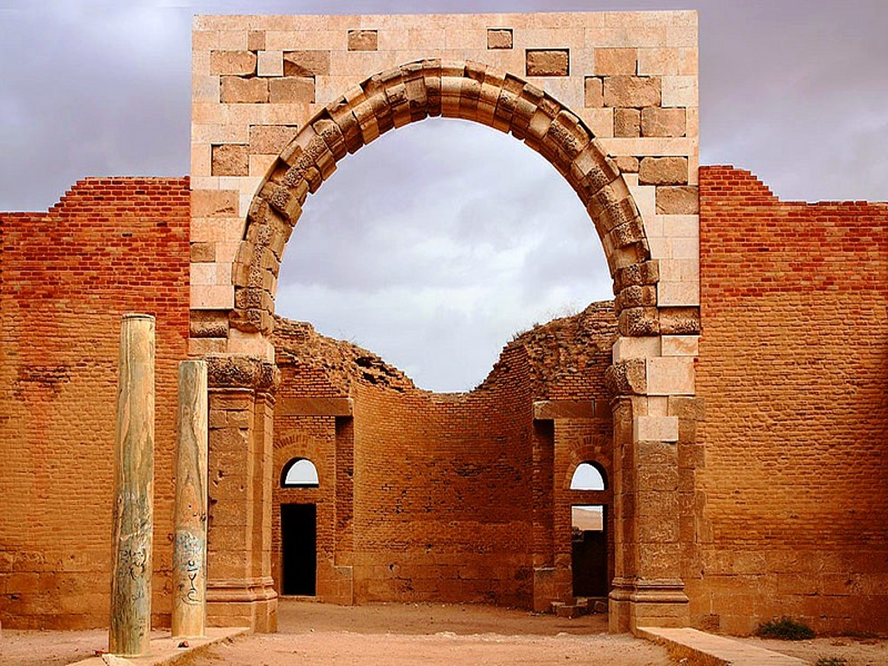 zamki pustini - zamok AL - mushatta - Kolonnyy koridor i zal dlya zriteley